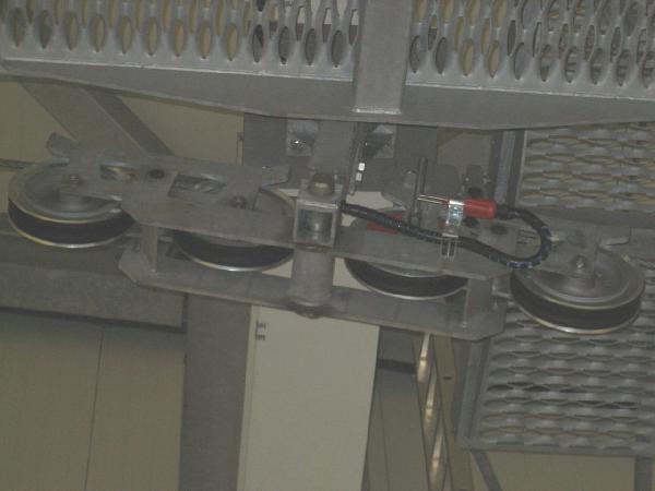 Indirekt betätigter Bruchstabschalter an einer 4er Rollenbatterie. Die schwere rotlackierte Rolle ist gut zu erkennen.