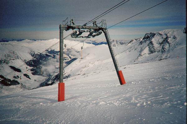 Portalst�tze auf Gletschereis in der neuen Ausf�hrung von Doppelmayr
