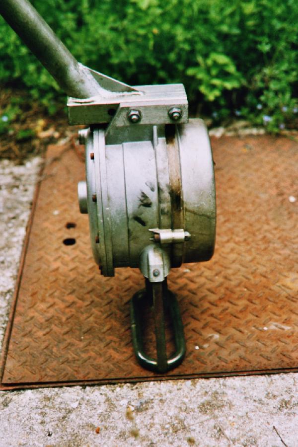kurze Verbindungsschraube des Federgehäuses - Fahrtrichtung hinten